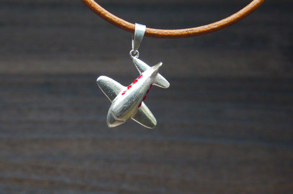 彫金教室 体験で作った飛行機のペンダ